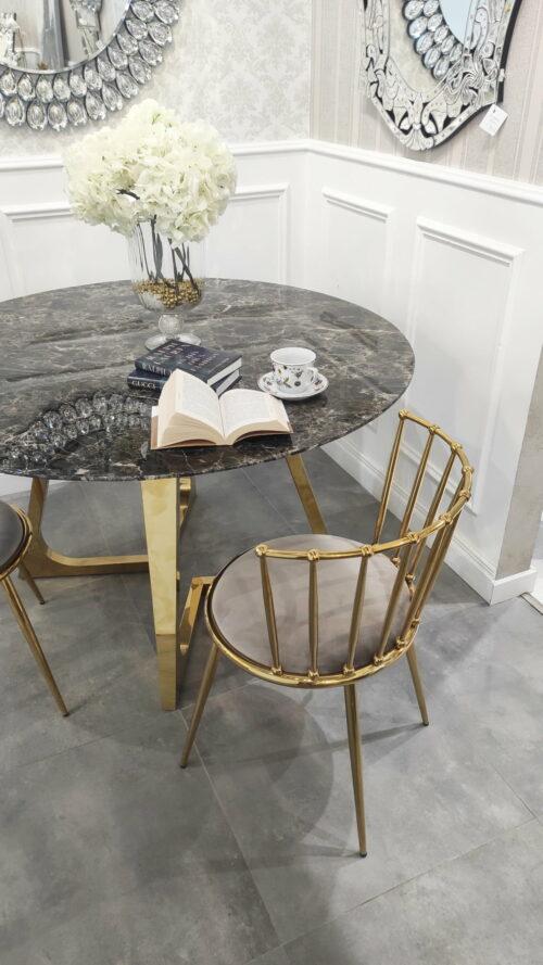 Metalowe krzesło do salonu na smukłych nogach i oparciem szczebelkowym
