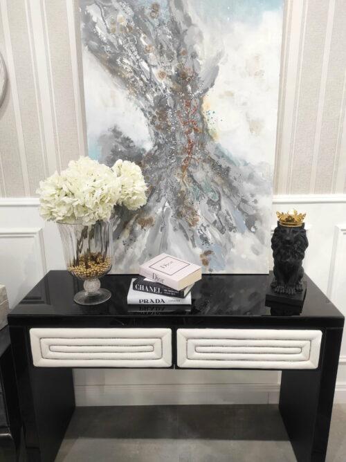 Niska czarna komoda ze szklanym blatem i tapicerowanymi szufladami