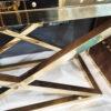 Barek Smythson ze złotymi okuciami, wykończony w brązowej skórze osadzony na złotych, krzyżujących się nóżkach