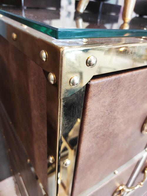 Komoda Smythson ze złotymi okuciami, wykończony w brązowej skórze