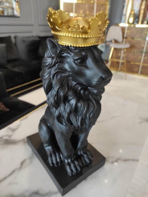 Figurka ozdobna czarny siedzący lew w złotej koronie - dekoracje ArteHome