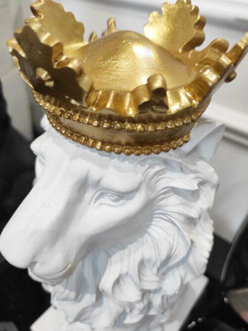 Black Lion dekoracja biała na podstawie w postaci lwa ze złotą koroną