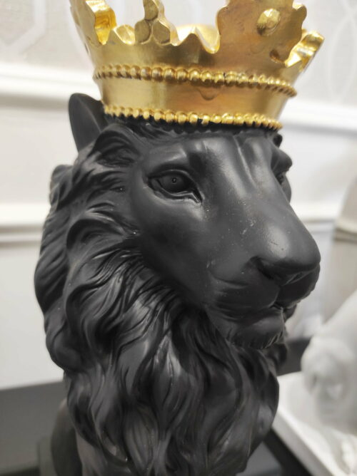 Black Lion dekoracja czarna na podstawie w postaci lwa ze złotą koroną