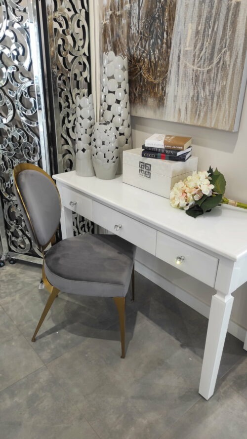 Krzesło tapiserowane obite welurekm w kolorze szarym i smukłymi brązowymi nogami
