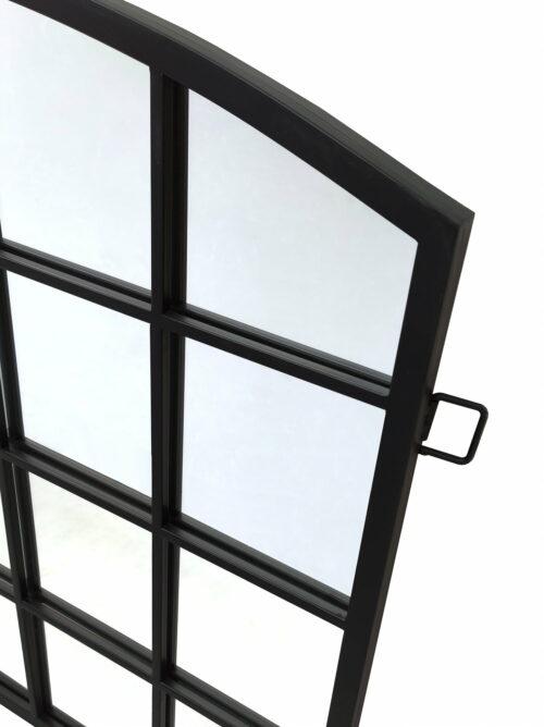 Fragment industrialnego lustra - lustro loftowe w czarnej metalowej ramie